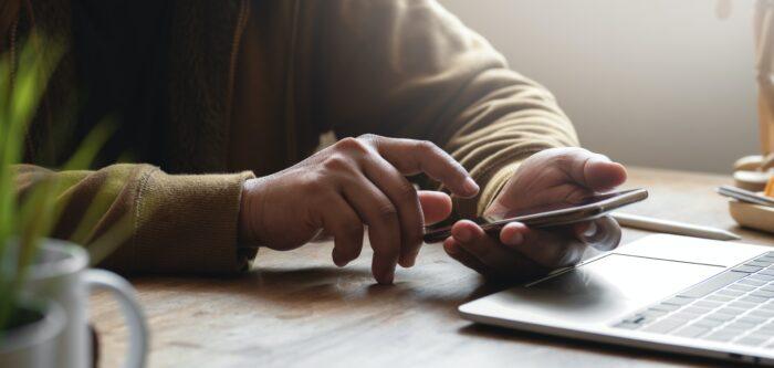 Homem participa de uma ação de engajamento e interage com sua rede social no celular