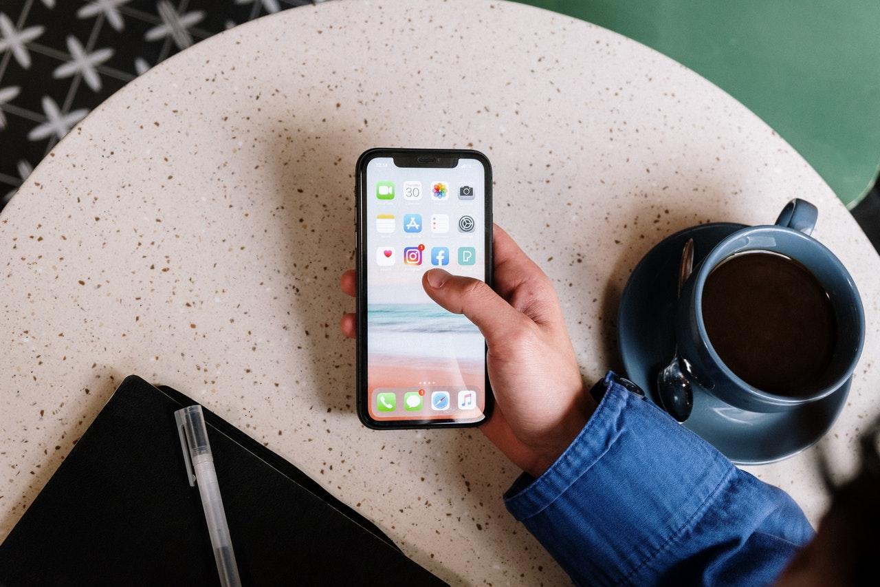 Pessoa no café, Celular na mão para abrir sua rede social
