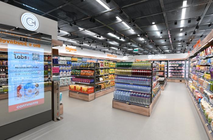Loja do supermercado Continente com sensores para dar uma experiência entre o real e o virtual. O cliente pega o produto e sai da loja sem necessitar passar no caixa. O pagamento é realizado pelo aplicativo, atrelado ao cartão de crédito do cliente.